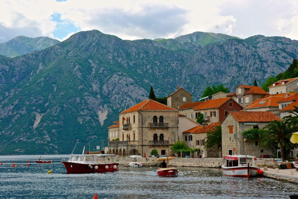 Orte am Wasser in der Bucht von Kotor