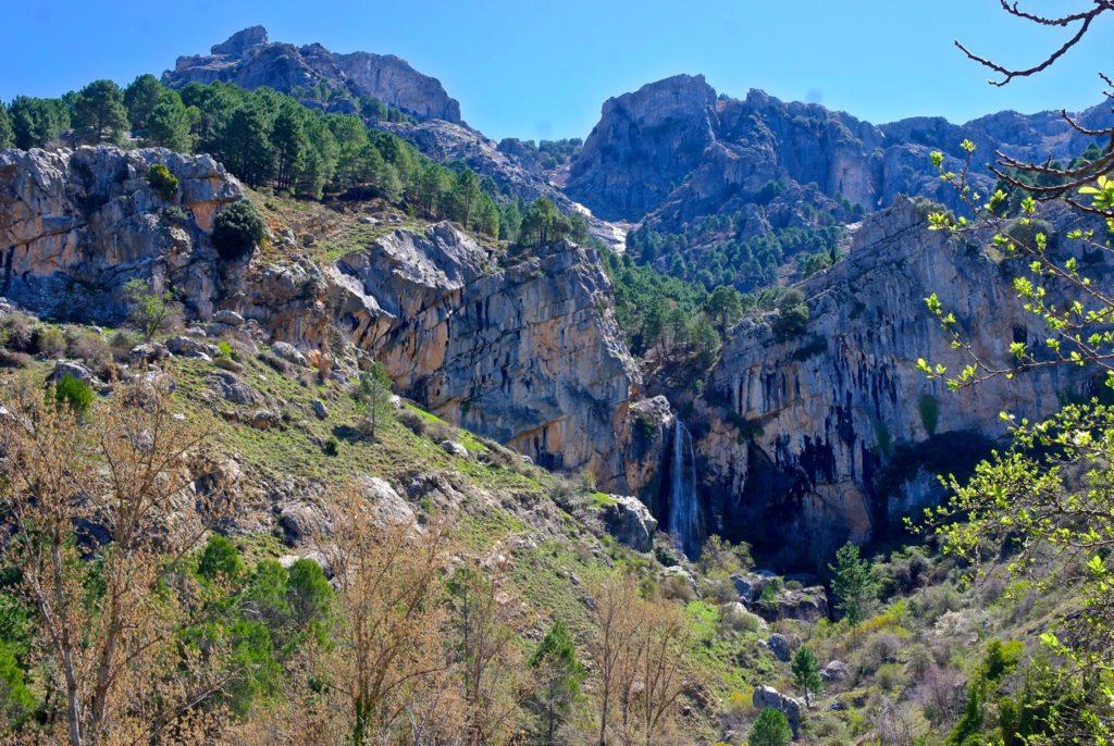 Schon von weitem sieht man Cazorlas Wasserfall