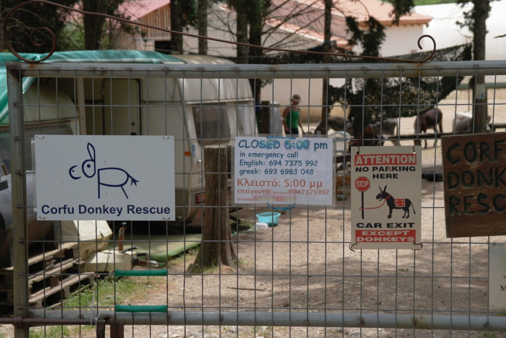 Eingangstor der Esel-Auffangstation