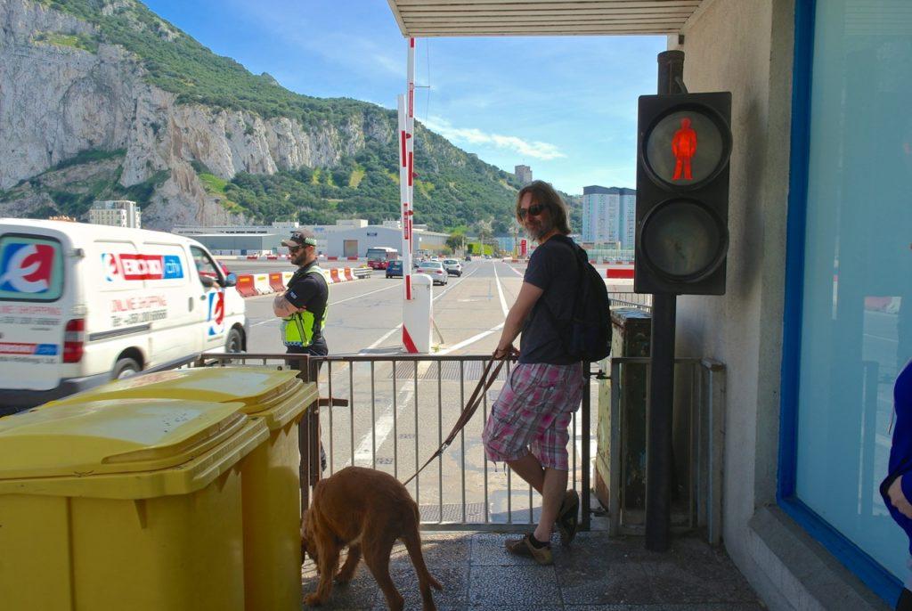Nach der Passkontrolle über das Flugfeld nach Gibraltar