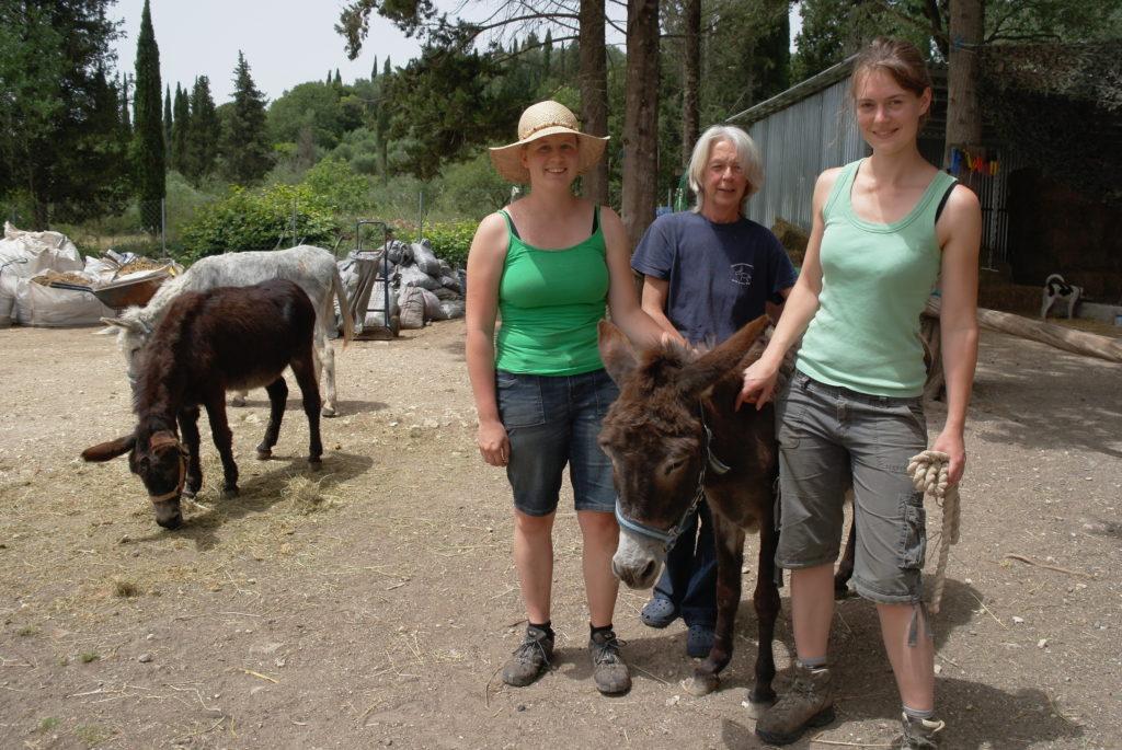 Judy Quinn (Mitte) mit Helfern in der Esel-Auffangstation