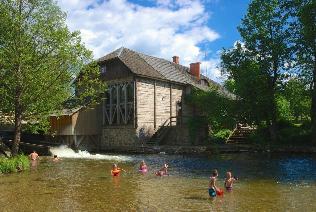 Erfrischung an Wassermühle im Nationalpark in Litauen