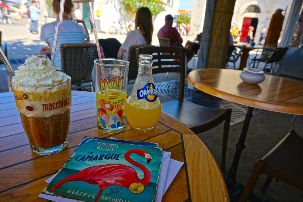 Flamingos und Orangina in Salin-de-Giraud