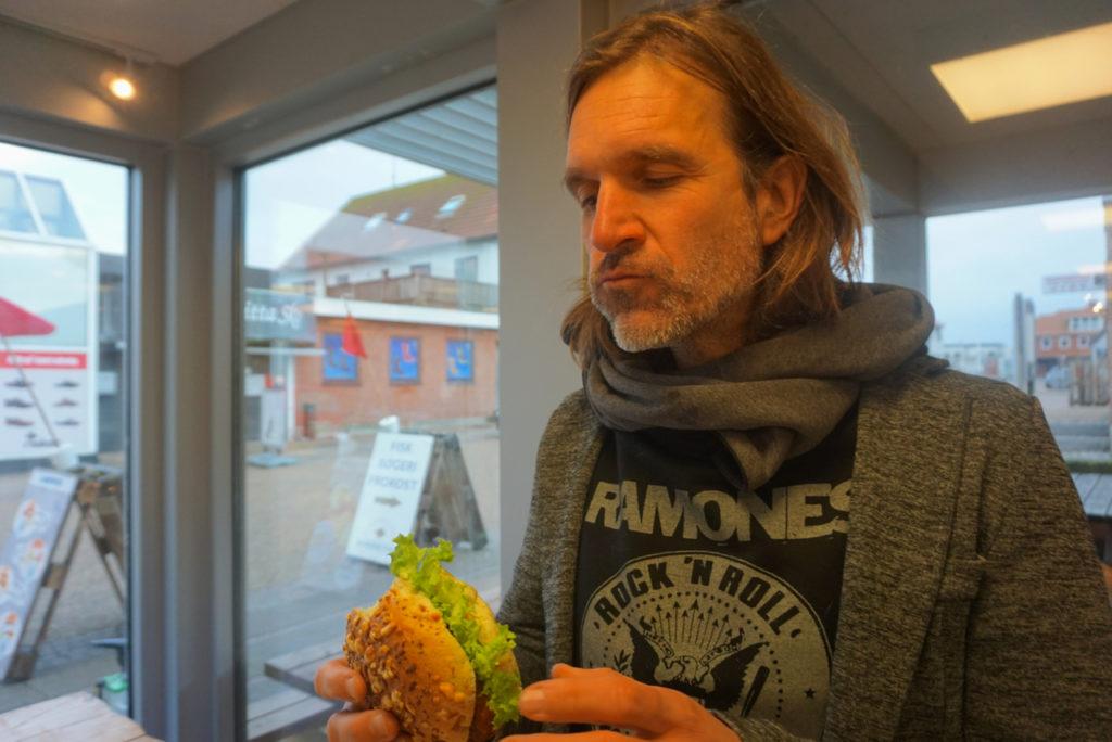 Fischbrötchen essen in Hvide Sande - dänische Nordsee mit Hund