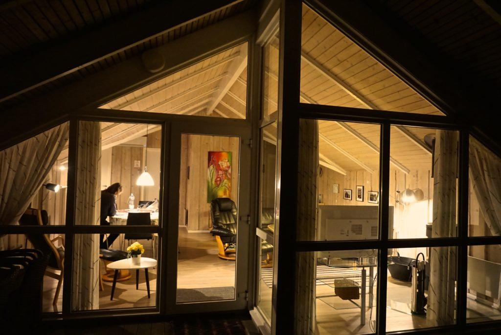Ferienhaus beleuchtet - Hygge mit Hund