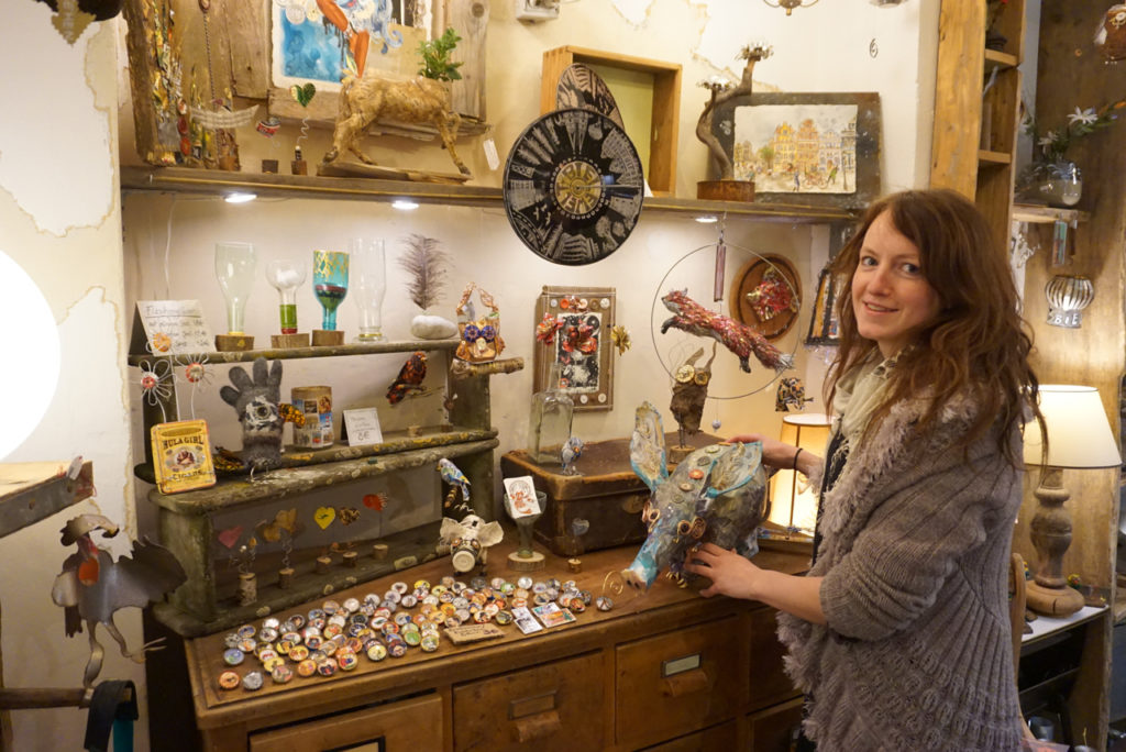 Kiki Kalahari in ihrem Laden in Bielefeld