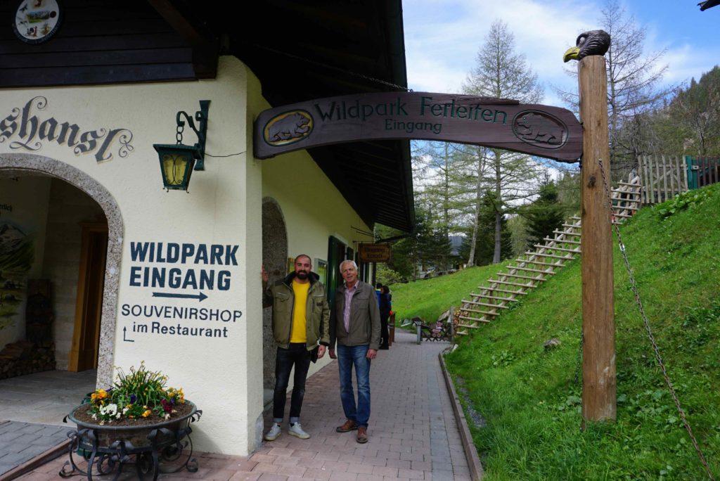 Tierpark-Chefs am Eingang des Wildpark Ferleiten