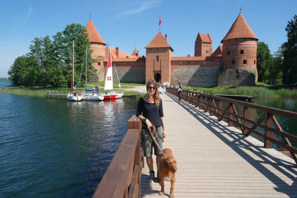 Brücke zur Wasserburg Trakai, Litauen mit Hund_tierisch-in-fahrt.de