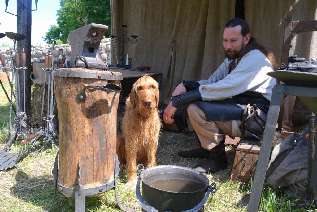 Hund auf Mittelaltermarkt_tierisch-in-fahrt.de