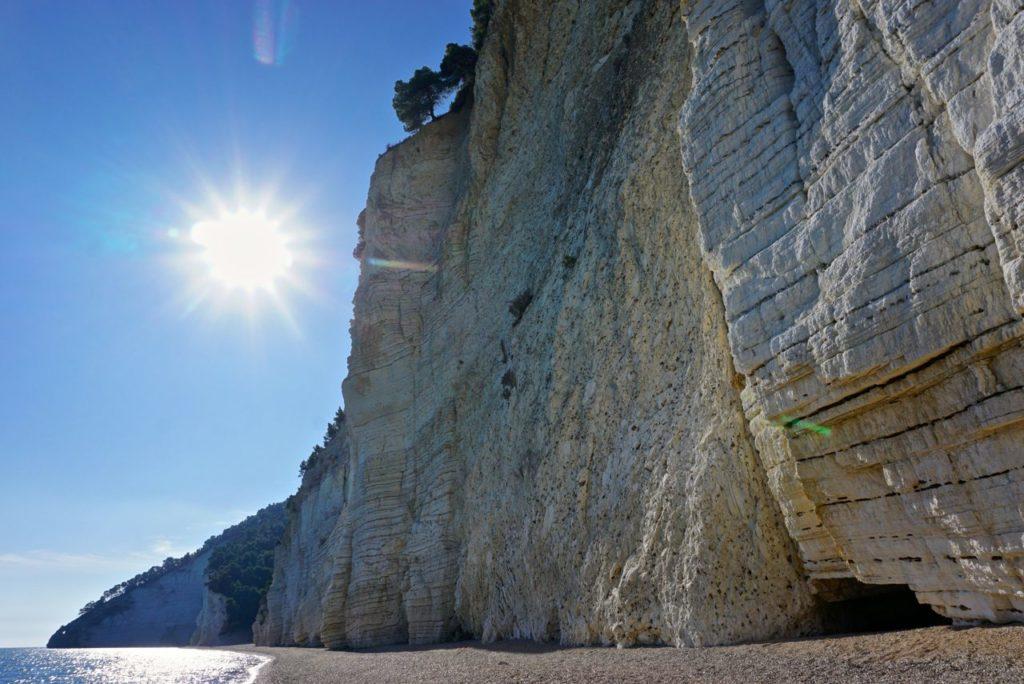 Strand mit Steilküste an Italiens Stiefelsporn_tierisch-in-fahrt.de